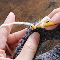 前段の目を割って長編み5目編む[1] 針に糸をかけて、前段の目に針を入れ、長編みを5目編みます。