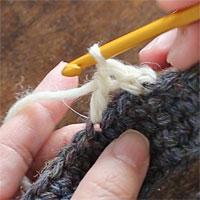 前段の目を割って長編み5目編む[2] 長編みが1目編めました。