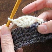 前段の目を割って長編み5目編む[6] 前段の同じ目に長編み5目を編み入れると、このようになります。