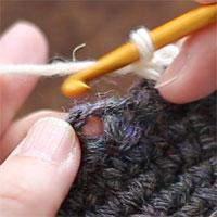 前段の目を束にすくって長編み5目編む[1] 前段のくさり目の下のスペースに針を入れて(くさりを束にすくって)、長編み5目を編んでいきます。