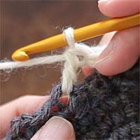 前段の目を束にすくって長編み5目編む[3] 長編みが1目編めました。