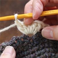 前段の目を束にすくって長編み5目編む[6] 長編みを5目編むとこのようになります。