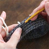 編み地の途中に糸をつける[1] 編み地の、糸をつけたい位置の目に針を入れます。