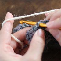 編み地の途中に糸をつける[2] 新しい糸を持ちます。
