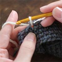編み地の途中に糸をつける[4] 糸を引き出すとこうなります。ここから続けて編んでいきます。