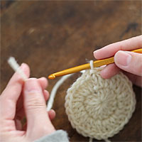ループにくぐらせて引き締める[3] 糸端を15cmくらい残して糸を切ります。