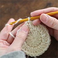 ループにくぐらせて引き締める[4] 針に糸をかけて、