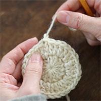 ループにくぐらせて引き締める[7] 糸端を軽く引っ張り、根元を引き締めます。