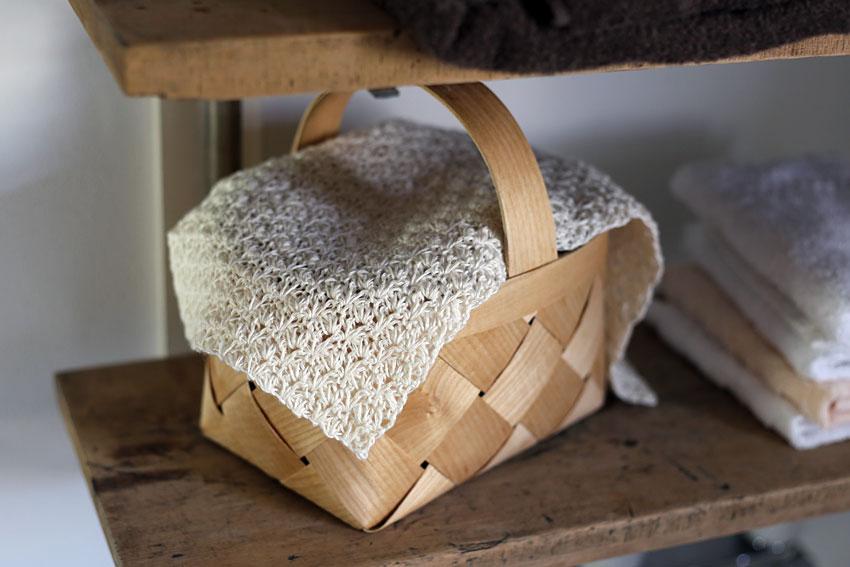 かぎ針編み ウォッシュタオルはかごの目隠しにも