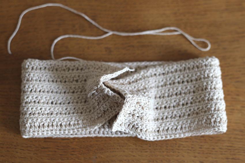 かぎ針編み クロスヘアバンド ③端と端をかみ合わせる