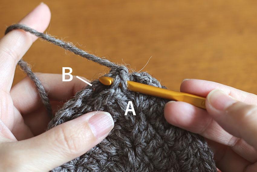 かぎ針編み エンブレムポーチ ③Aに針を入れる