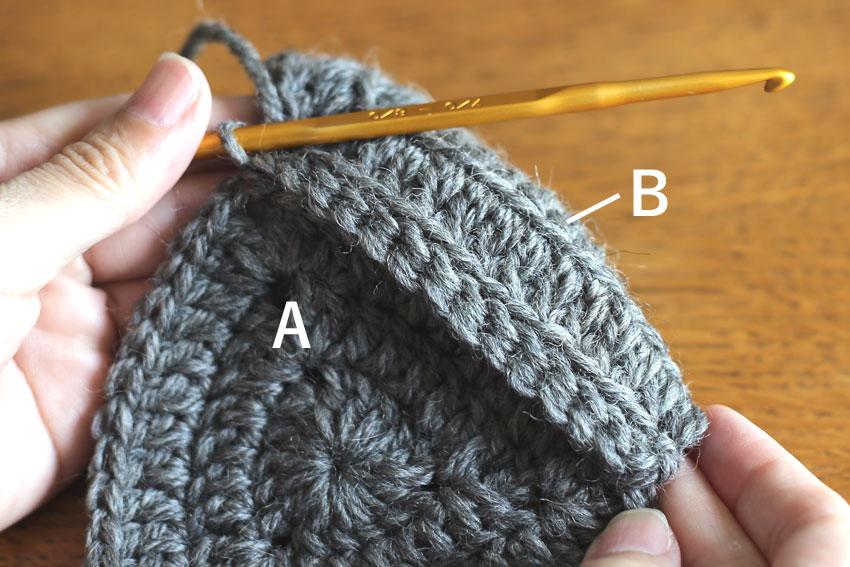 かぎ針編み エンブレムポーチ ⑤AとBを1辺はぎ合せたところ