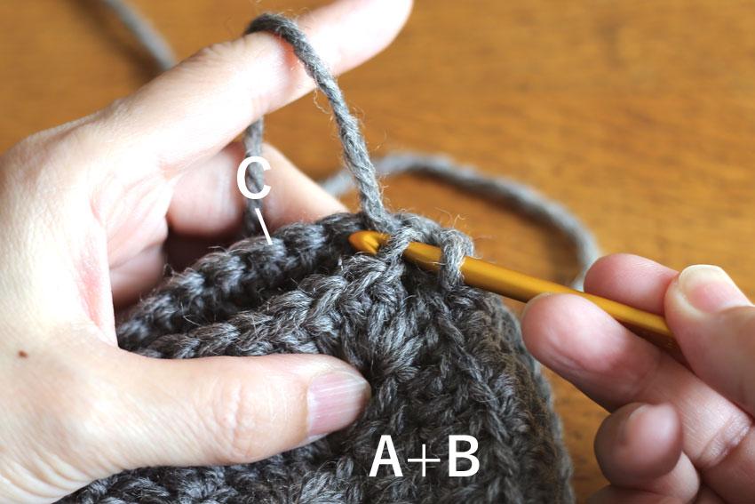 かぎ針編み エンブレムポーチ ⑨Bに針を入れる