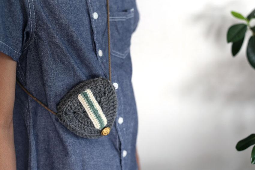 かぎ針編み エンブレムポーチ 斜め掛け