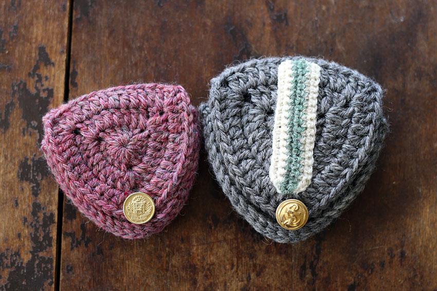 かぎ針編み エンブレムポーチ 色違い