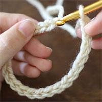 作り目のくさりを輪にするために、最初の目に引き抜き編みをしようとしているところです。