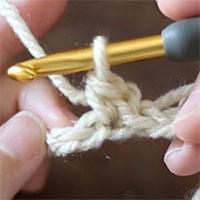 最初のこま編み(立ち上がり)の目が編めました。