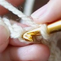 このように針を入れて、こま編みを編みます。