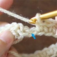 これから、1段目最後のこま編みを編むところです。矢印の位置に針を入れて、こま編みを編みます。