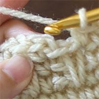 段の最後の目を編み終わった状態です。これから、最初の目に針を入れて引き抜き編みをするところです。