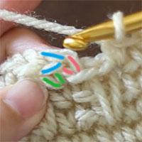 先ほどと同じ画像でご説明します。ピンク印は、立ち上がりのくさりです。緑印は、最初のこま編みの足。青印が最初のこま編みの目の頭です。青印の2本をすくって、引き抜き編みをします。