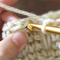 このように、青印の糸の下から針を入れます。