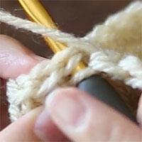針を入れるとこのようになります。最初のこま編みの頭の2本をすくっている状態です。ここから引き抜き編みをします。